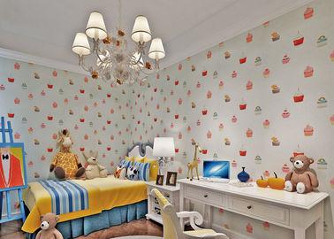 Weiß prägte nichtgewebtes feuerfestes Kinderschlafzimmer-Tapeten-Kuchen-Muster